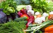 A friss zöldségek és zöld háttér