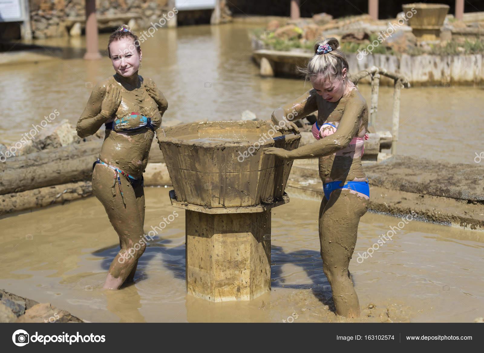Giovani ragazze prendono bagni di fango — Foto Stock © Lester120 ...