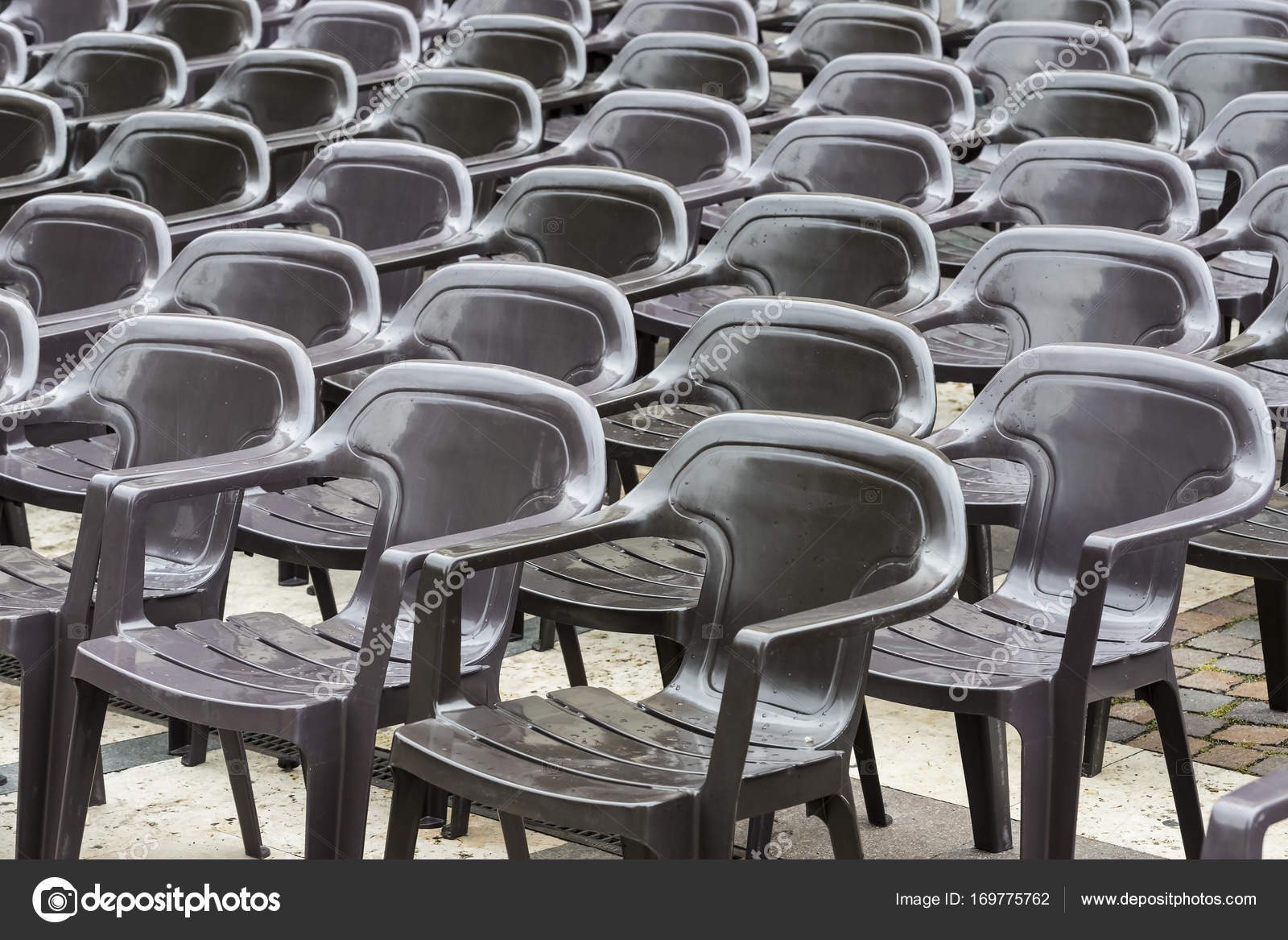 Stock Sedie In Plastica.Set Di Sedie Di Plastica Foto Stock C Lester120 169775762