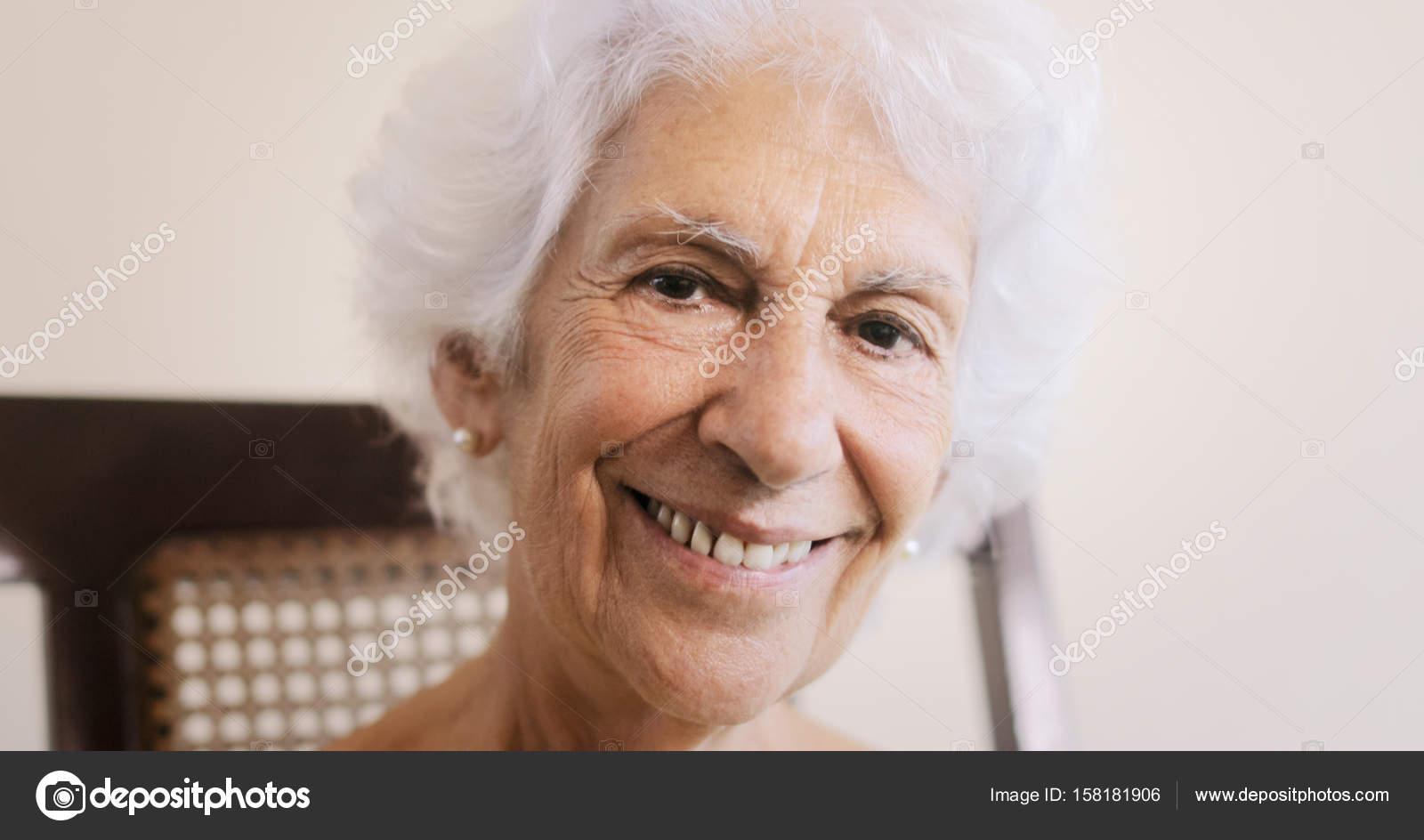 高齢者女性の老婦人の自宅のロッ...