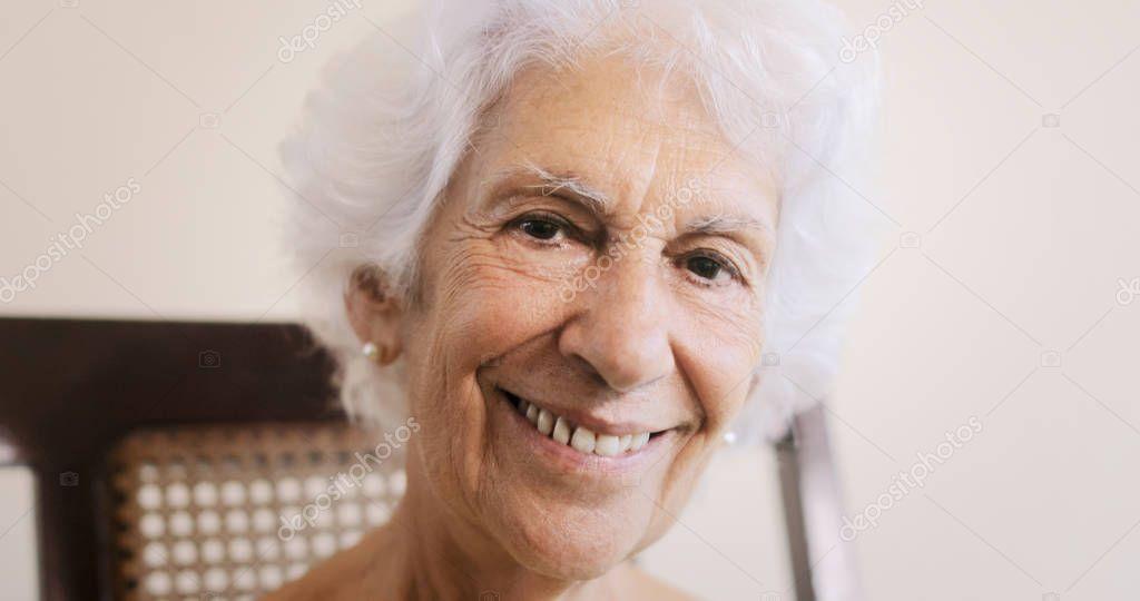 Пожилая старушка с волосами под мышкой видео