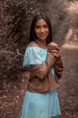 Joven modelo mexicana posando para la camara en los viveros de Coyoacan, un bosque dentro de la Ciudad de Mexico.
