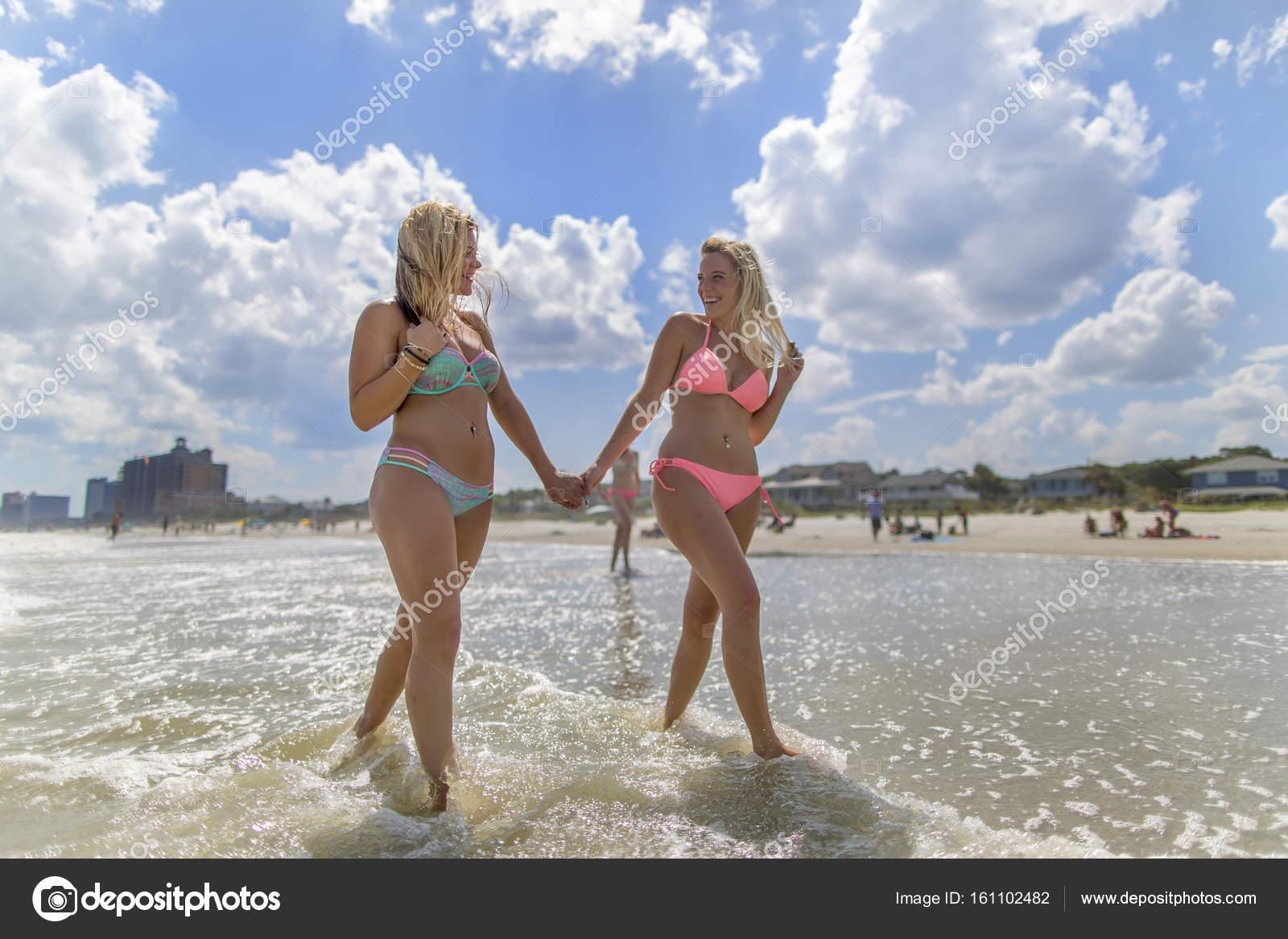 ebdf107703f9 Modelos de biquíni na praia — Fotografias de Stock © actionsports ...