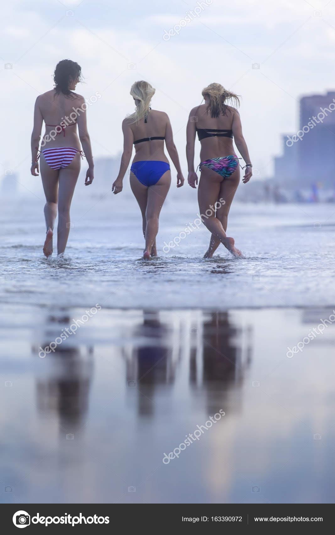 143cb7eb6b5b Amigos, desfrutando de um dia na praia — Fotografia por actionsports| ...