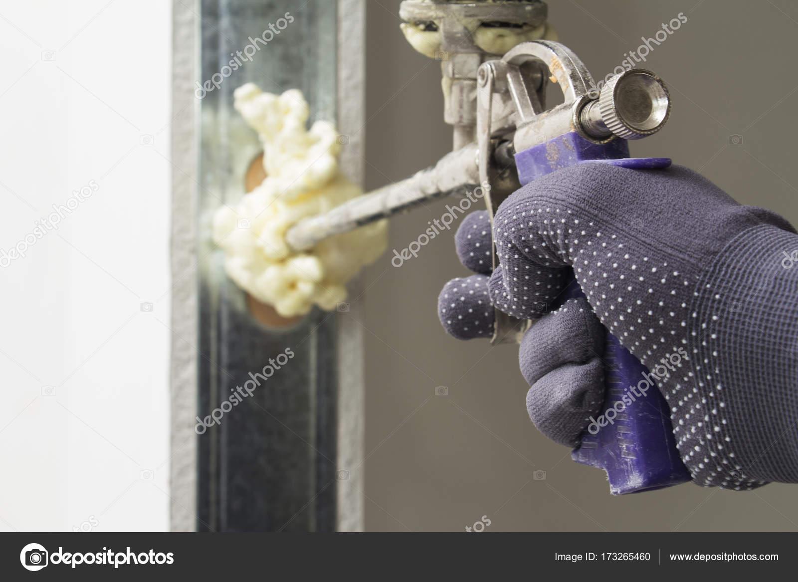 El trabajador instala la puerta — Fotos de Stock © Fruityk #173265460