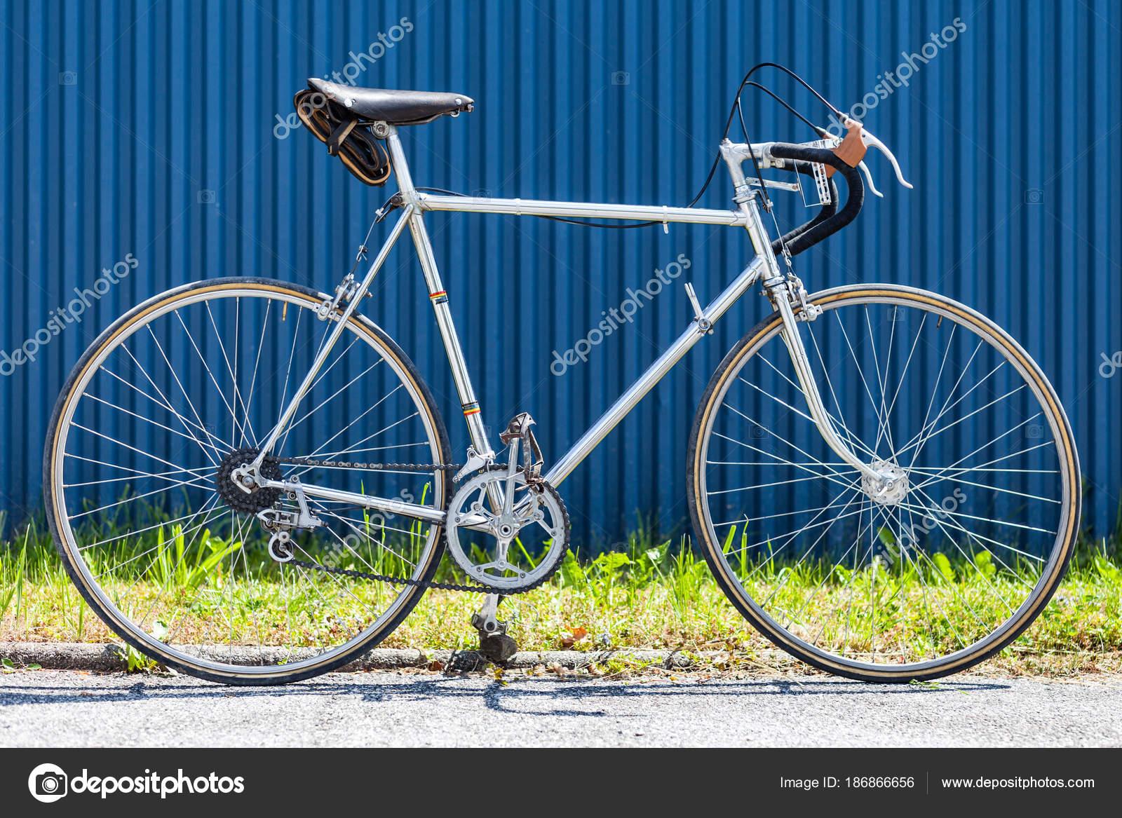 Bicicleta de carreras vintage de los años 60 con marco de acero ...