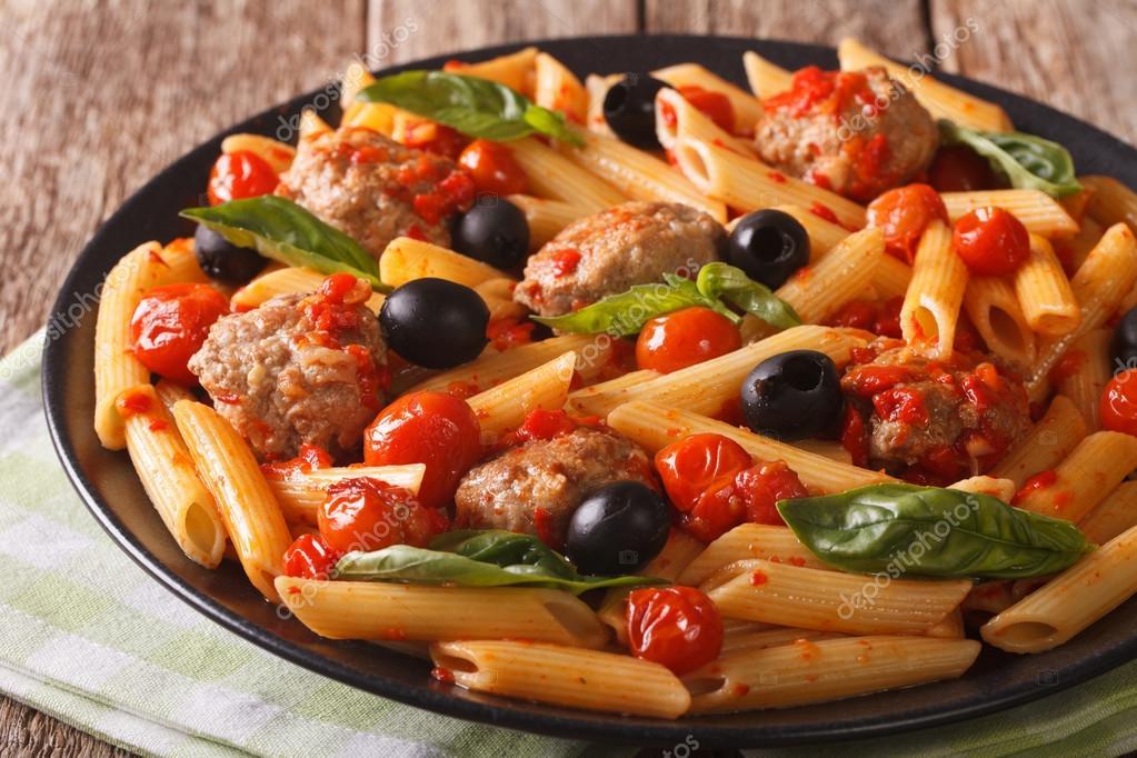 Comida italiana macarr o com alm ndegas azeitonas e clos for Comida italiana