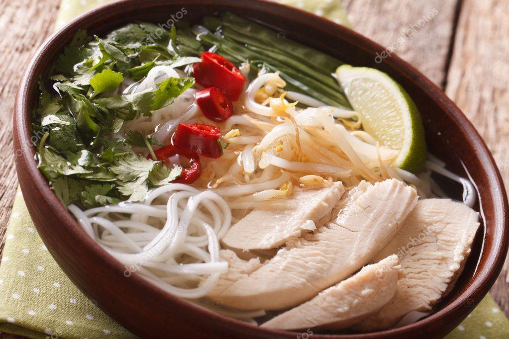 vietnamesische speisen w rzige suppe pho ga mit huhn reis nudeln eine stockfoto lenyvavsha. Black Bedroom Furniture Sets. Home Design Ideas