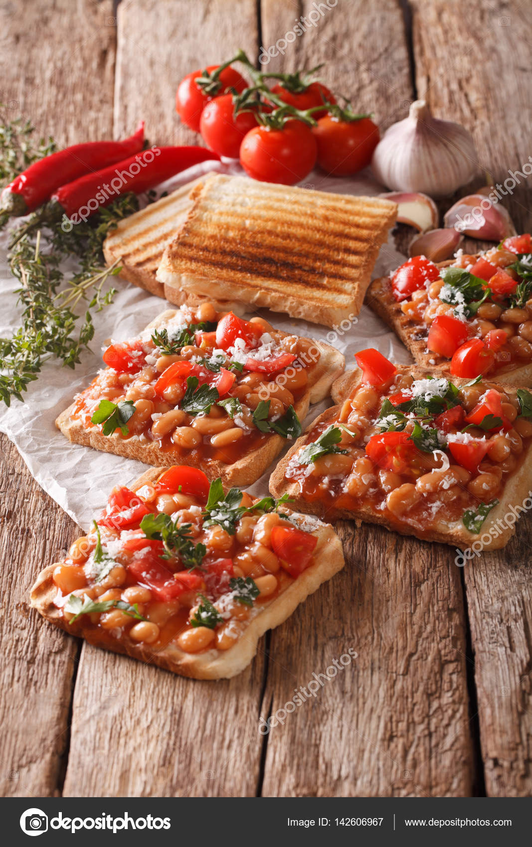 Inglese cucina: toast con fagioli bianchi, pomodori, formaggio e ga ...