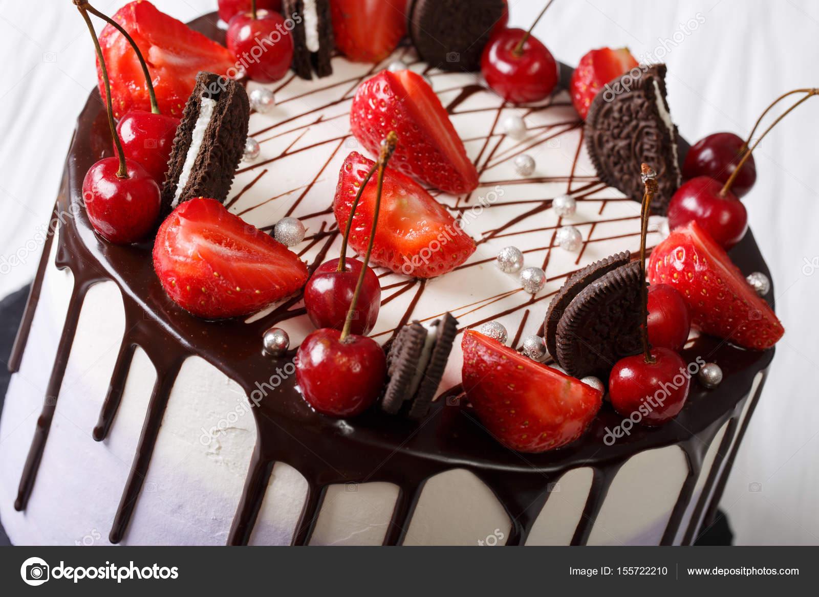 Mousse De Torta Con Fresas Y Cerezas Decoradas Con Biscu Fotos De