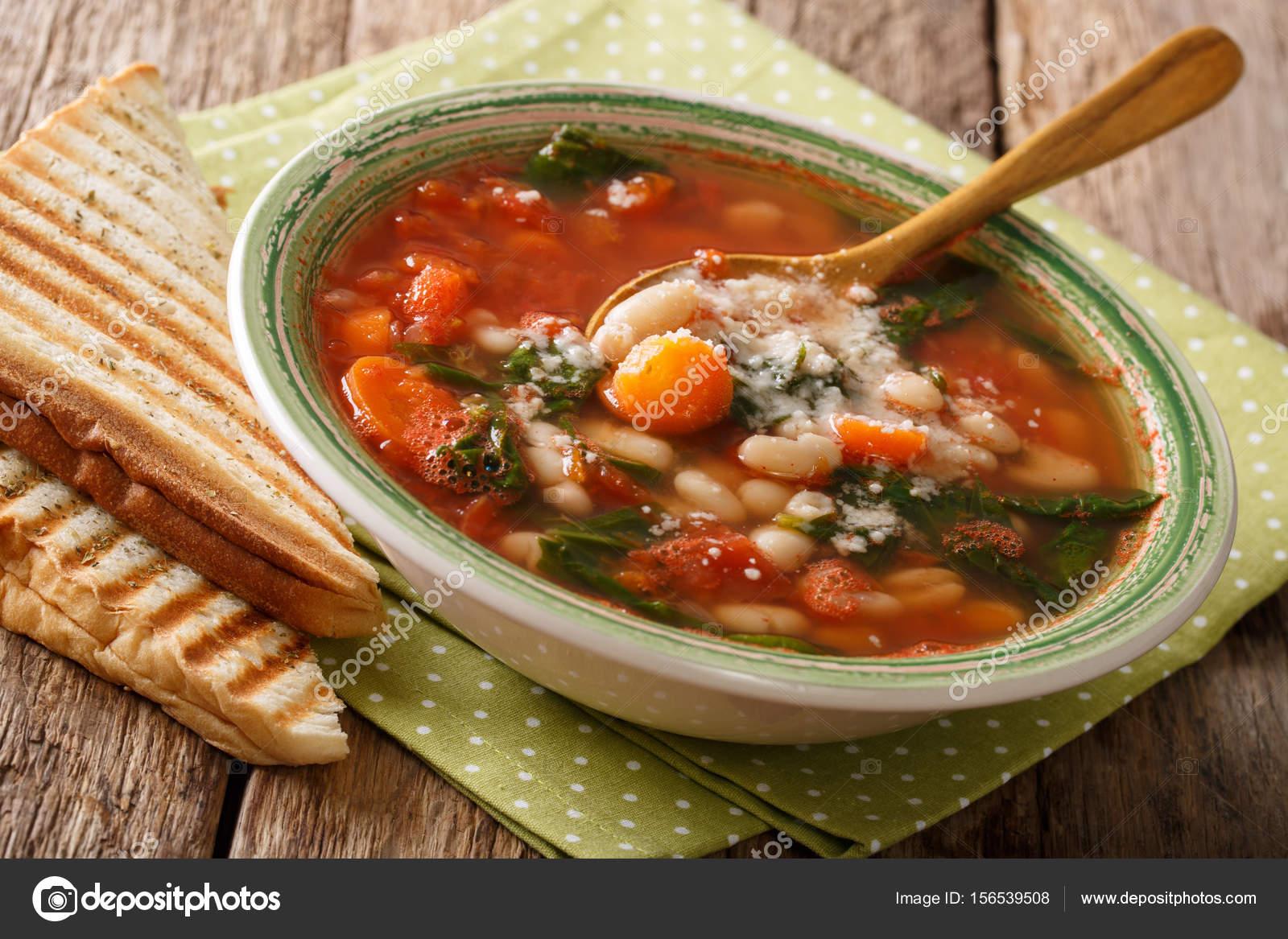 Soupe italienne avec des haricots blancs, tomates