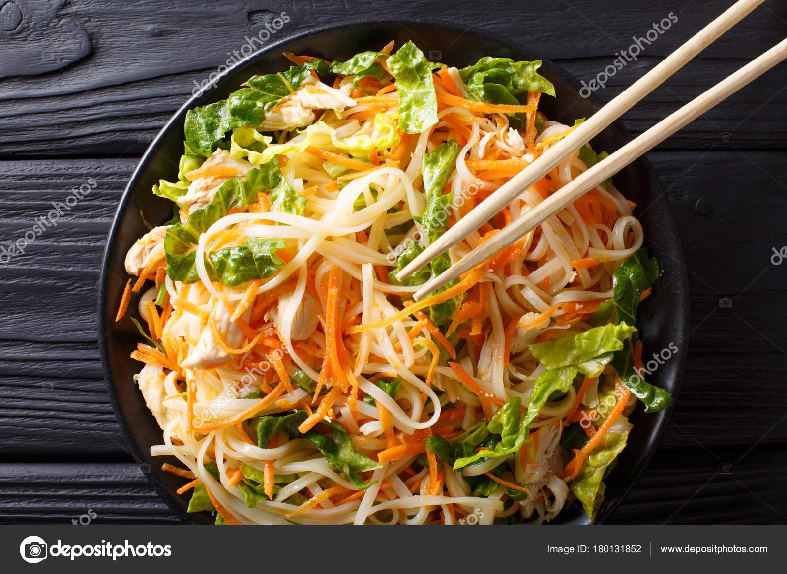 Kuchnia Azjatycka Salatka Z Kurczaka Z Makaronem Ryz Marchew I