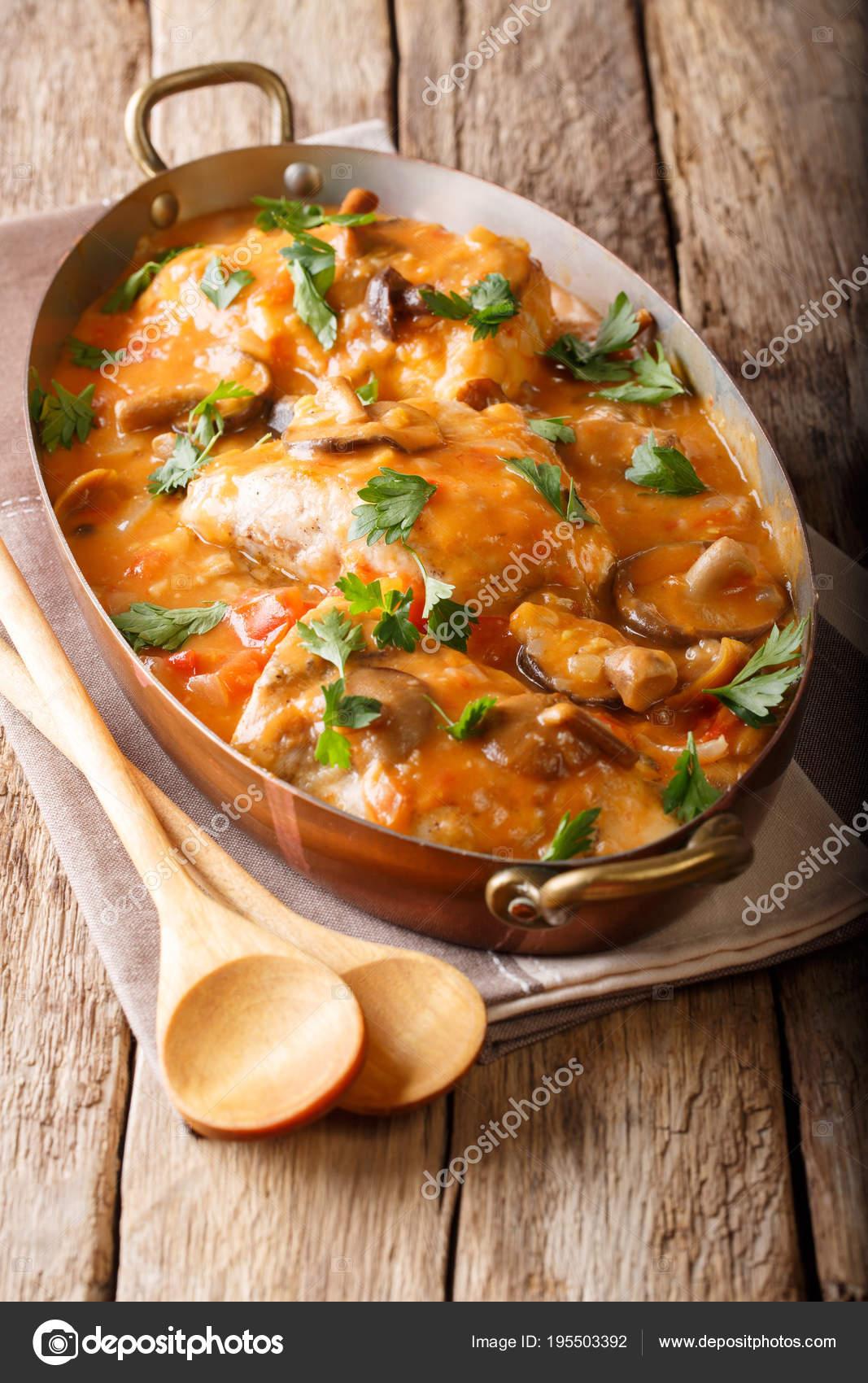 Leckere rustikale französische Küche: Huhn mit Pilzen, in Soße ...