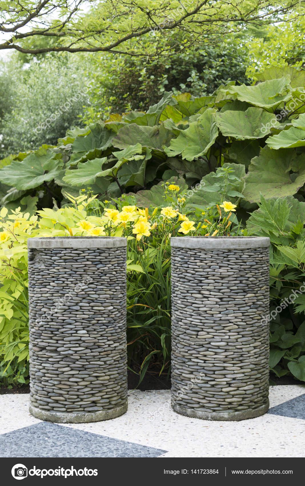 Garten Pflanzgefäße von Kies gemacht — Stockfoto © compuinfoto ...