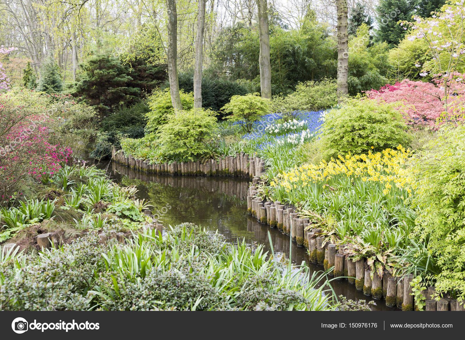 Magnifiek Engelse tuin met bloemen — Stockfoto © compuinfoto #150976176 &OT33