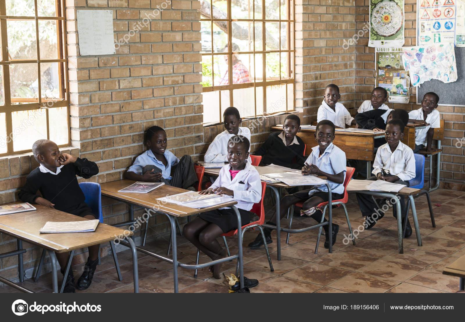 Afircan Crian As Em Idade Escolar Em Sala De Aula Fotografia De
