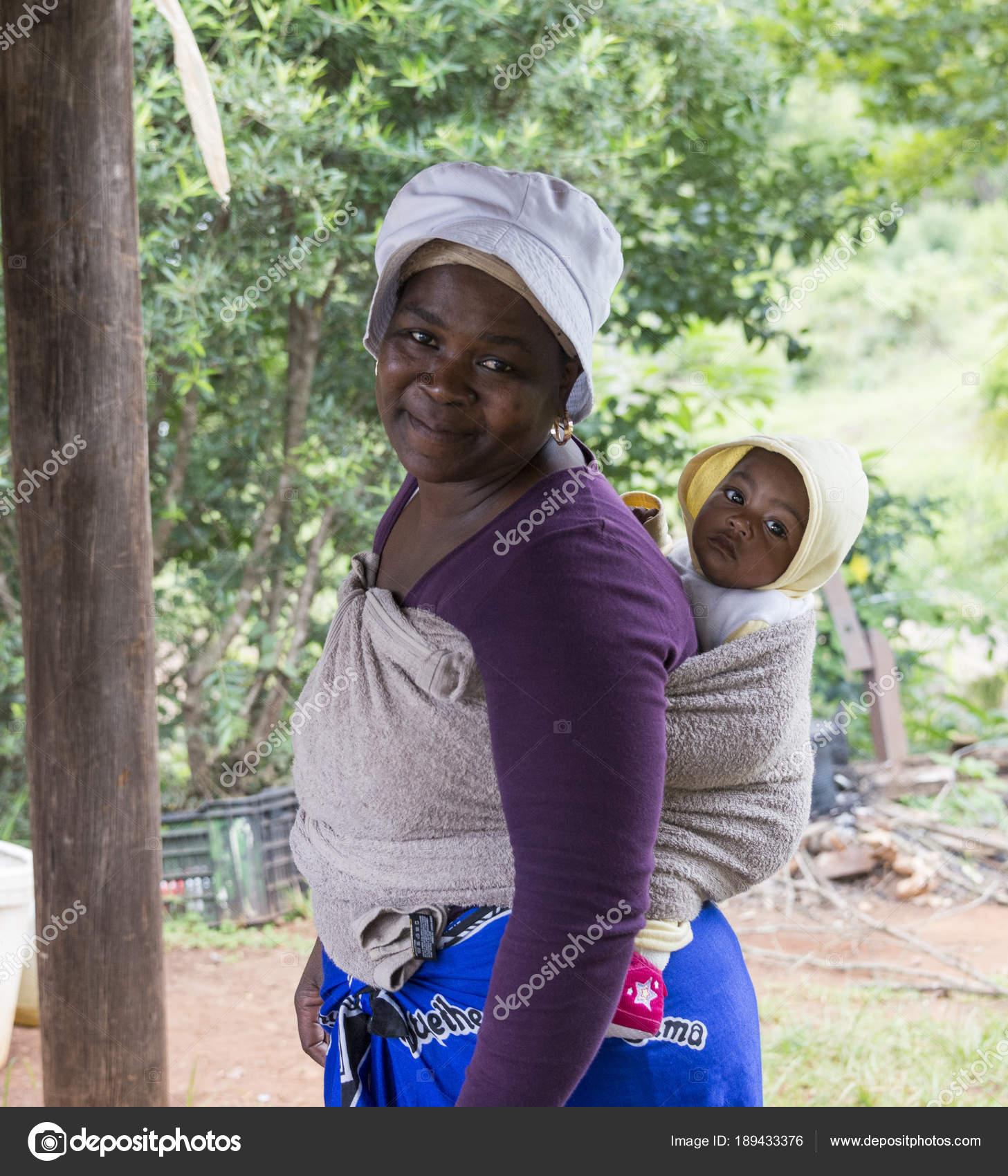 0f63f16b5c31 Femme africaine avec bébé dans une écharpe– Photographies éditoriales en  vente