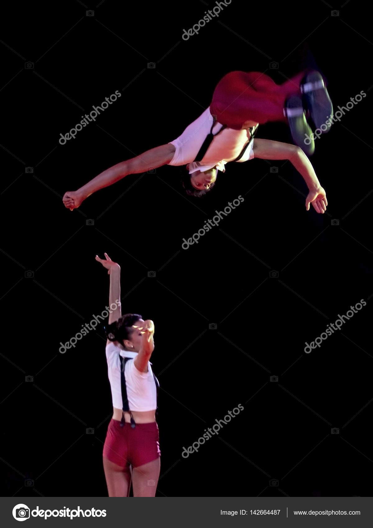 Acróbatas en el circo de salto — Foto editorial de stock © belizar ...