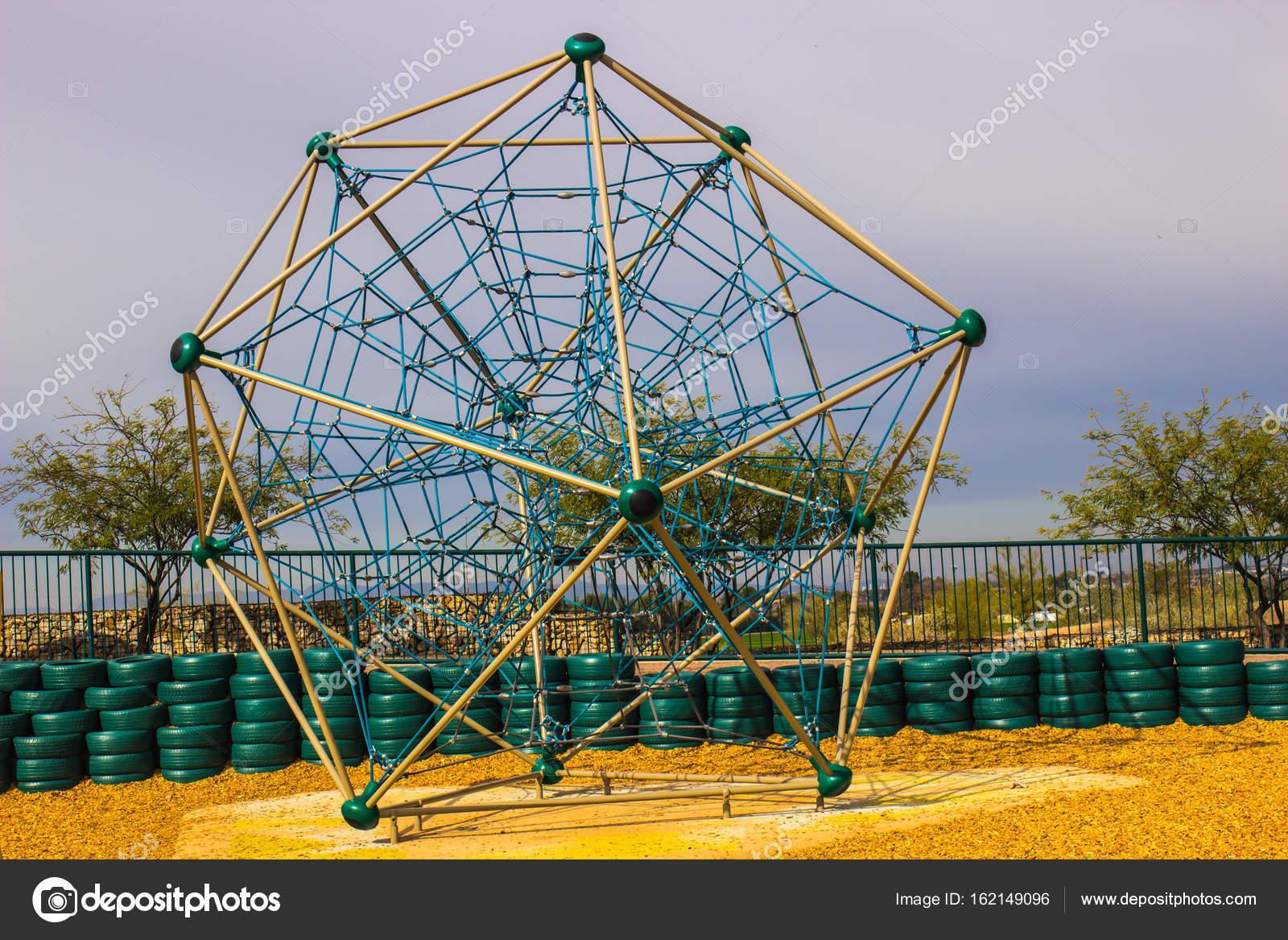 Klettergerüst English : Modernen klettergerüst im kids park in der wüste von arizona