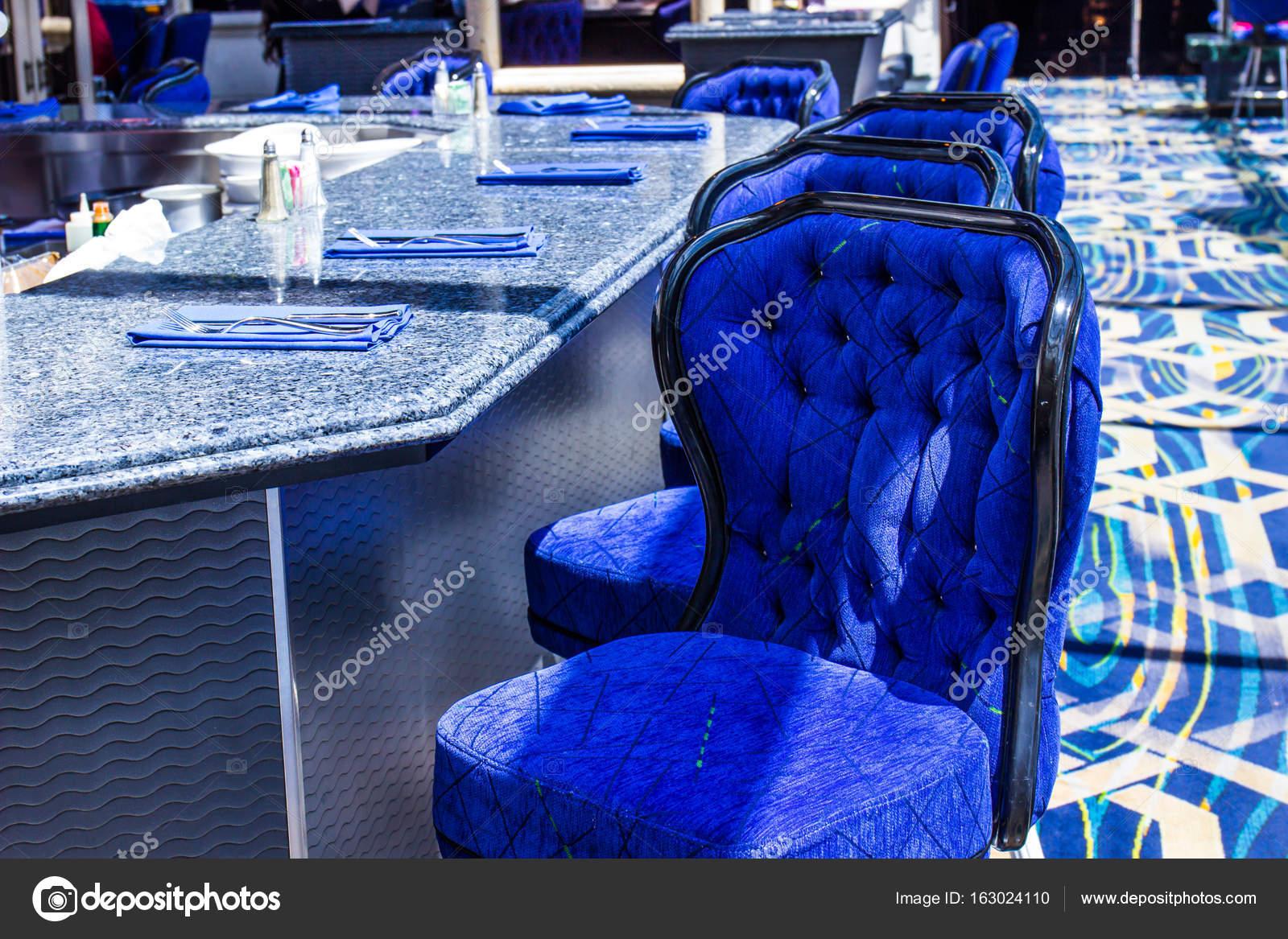 Schienale alto sgabelli al bancone bar u foto stock weezybob