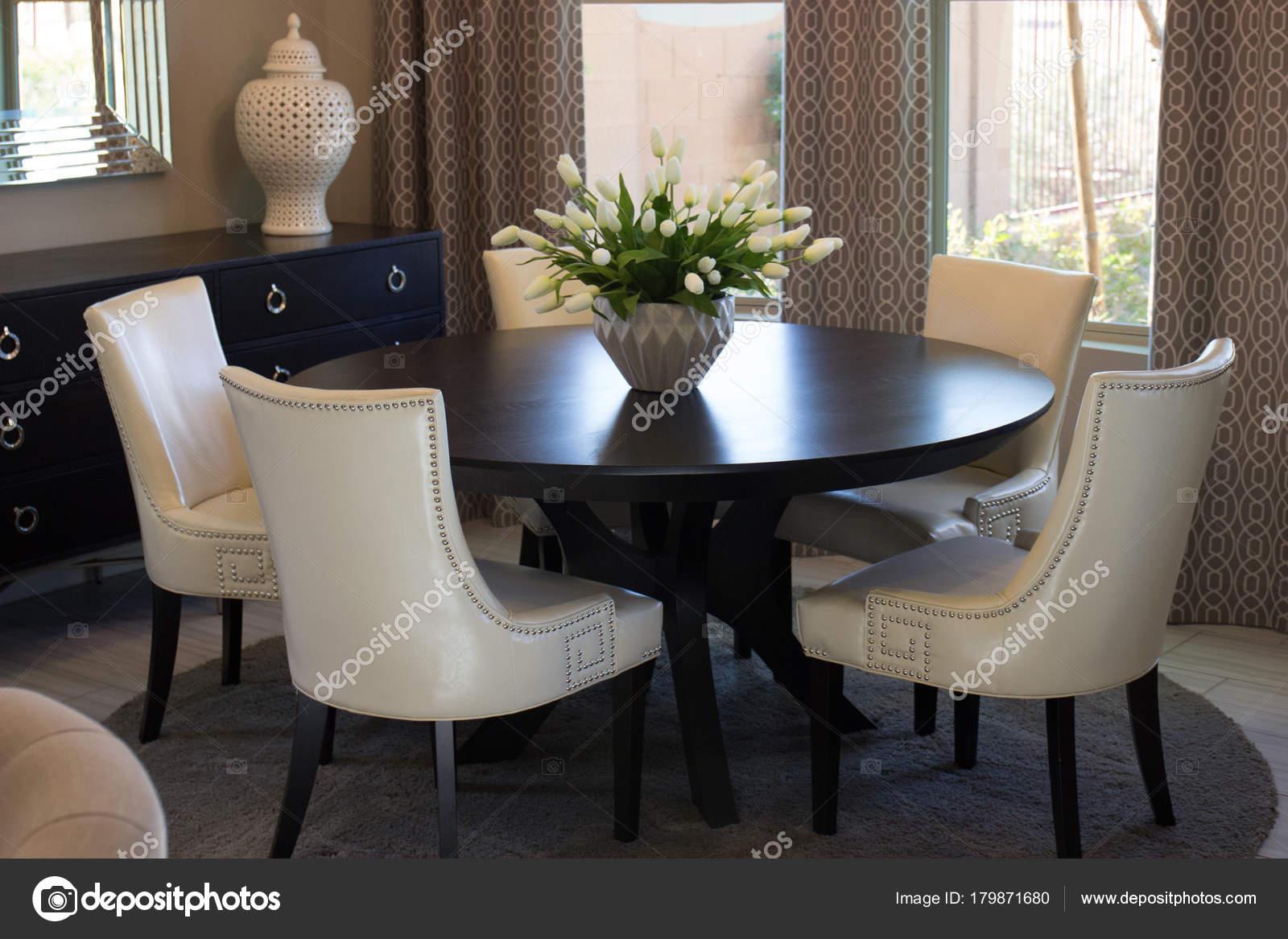 Tafel Met Stoelen : Eetkamer ronde tafel stoelen u stockfoto weezybob
