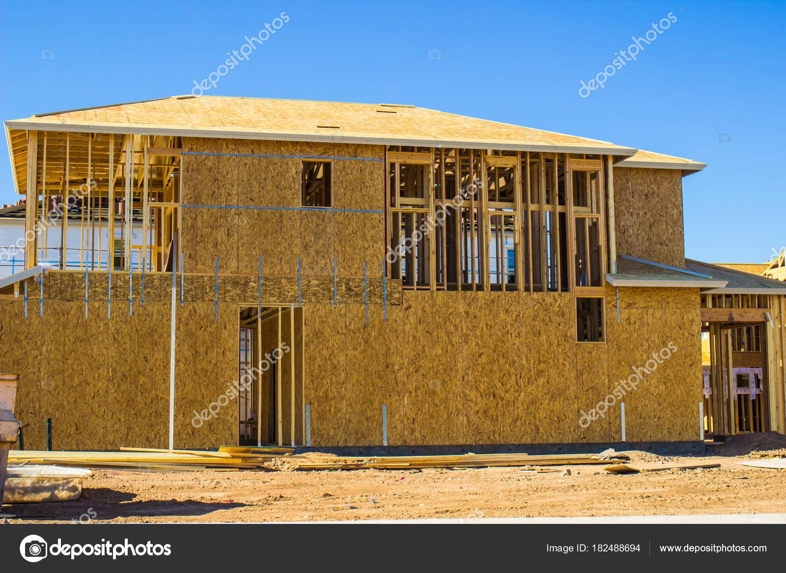 Madera contrachapada en casa de construcción nueva de dos pisos ...