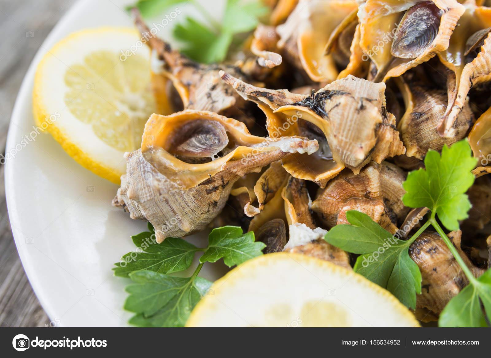 Gekookte zeeslakken mediterrane gerechten u stockfoto marmo