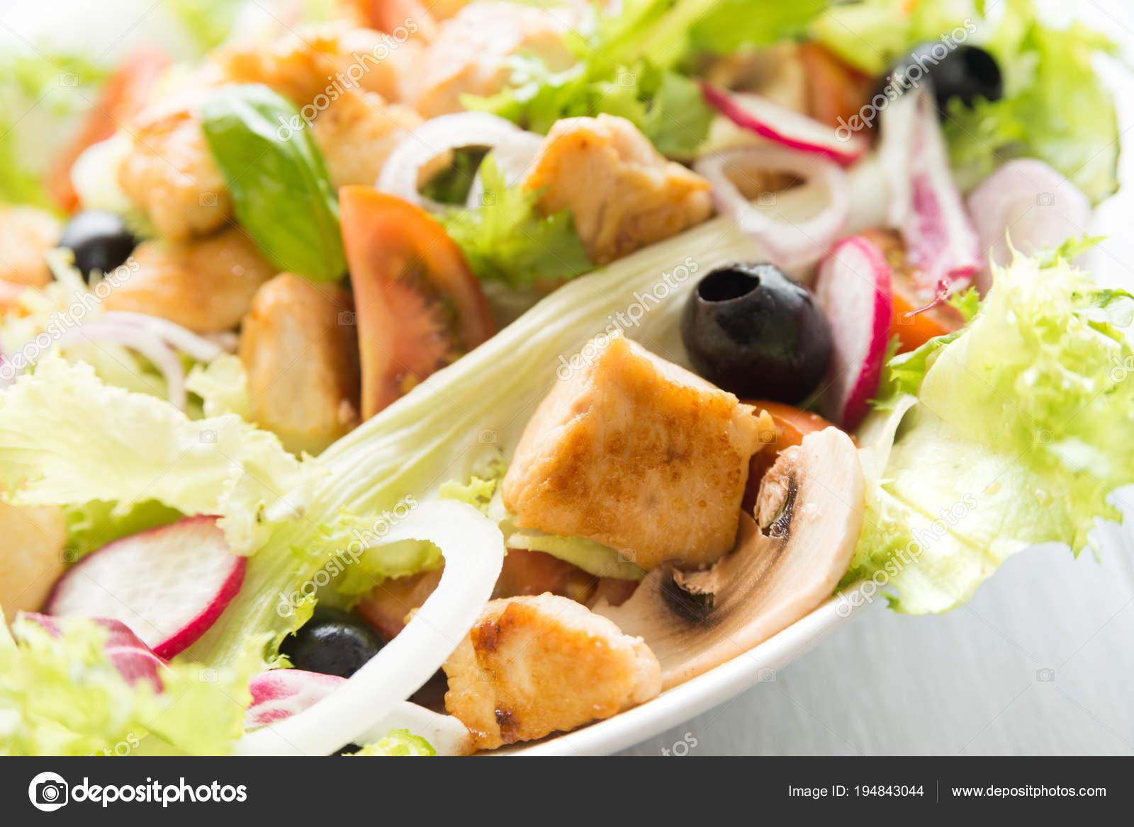 Image De Plat De Cuisine dish salad chicken meat various vegetables — stock photo