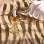 Photo Moisturizing face serum in a clear bottle. Marine background. Close up.