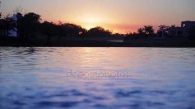 Trópusi tó naplementekor