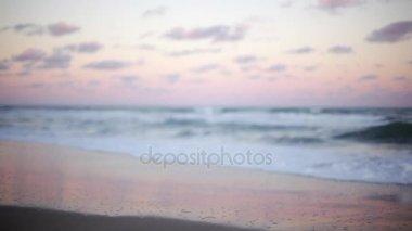 hullámok összeomlik a strandon