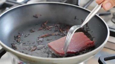 Pan searing fresh tuna
