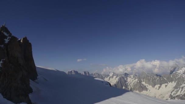 zasněžené horské krajiny