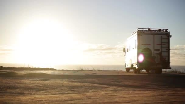 Obytné auto zaparkované na pláži