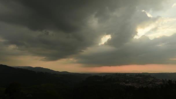 felhők összegyűjtése táj felett a naplemente