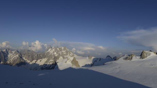 Pohled na zasněžené hory