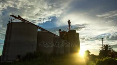 naplemente alatt gabona silók