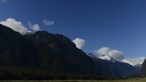 Načechraný mraky nad majestátní hory