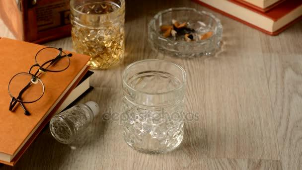 Öntsük a whiskey, jég pohár