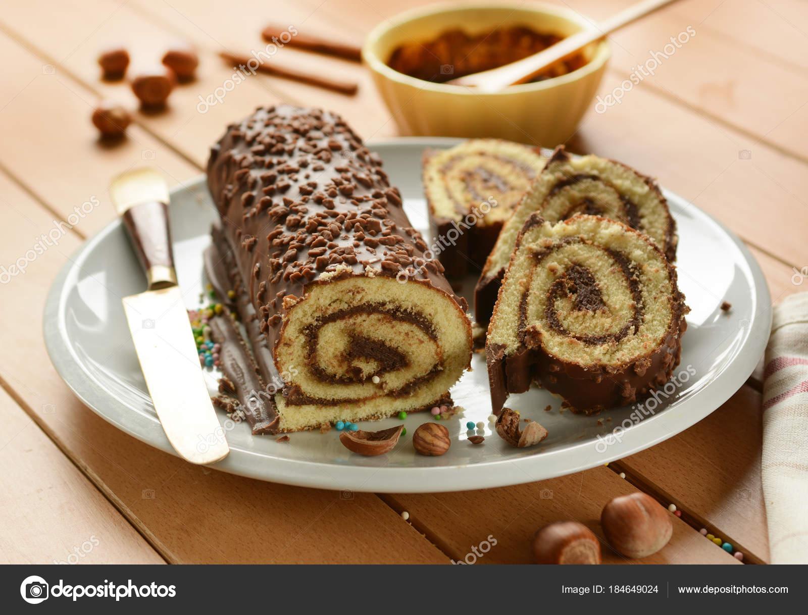 Schokolade Kuchen Mit Haselnusscreme Fullung Rollen Stockfoto