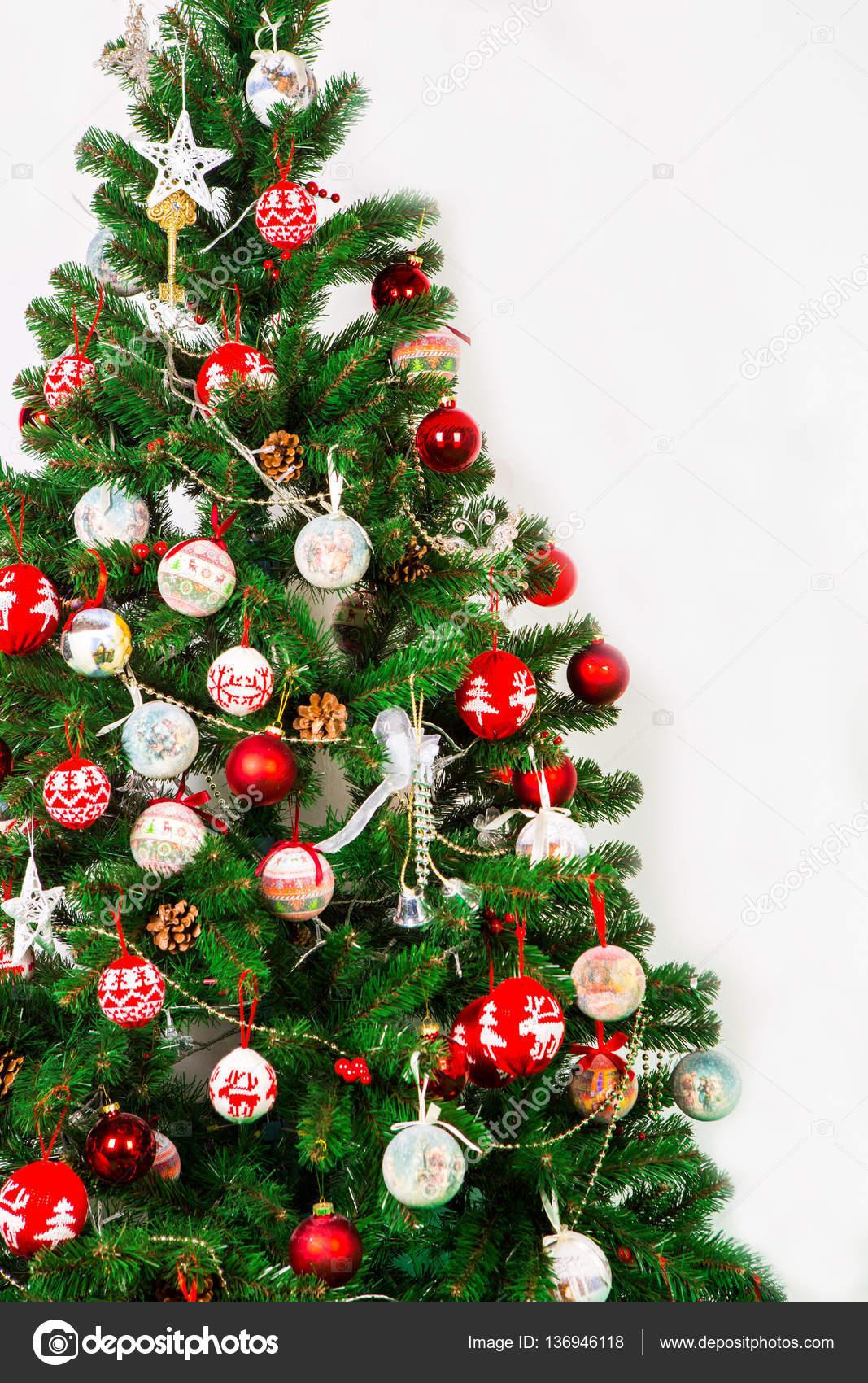 Rbol de navidad sobre fondo blanco decorado con bolas rojas y blancas fotos de stock - Comprar arboles de navidad decorados ...