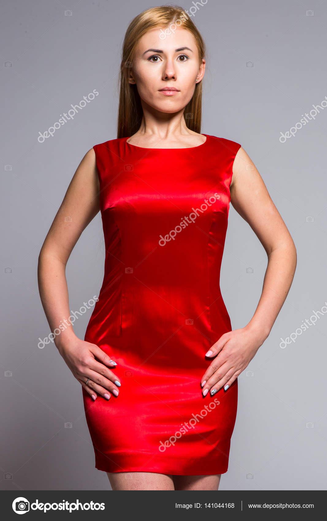 rode satijnen jurk