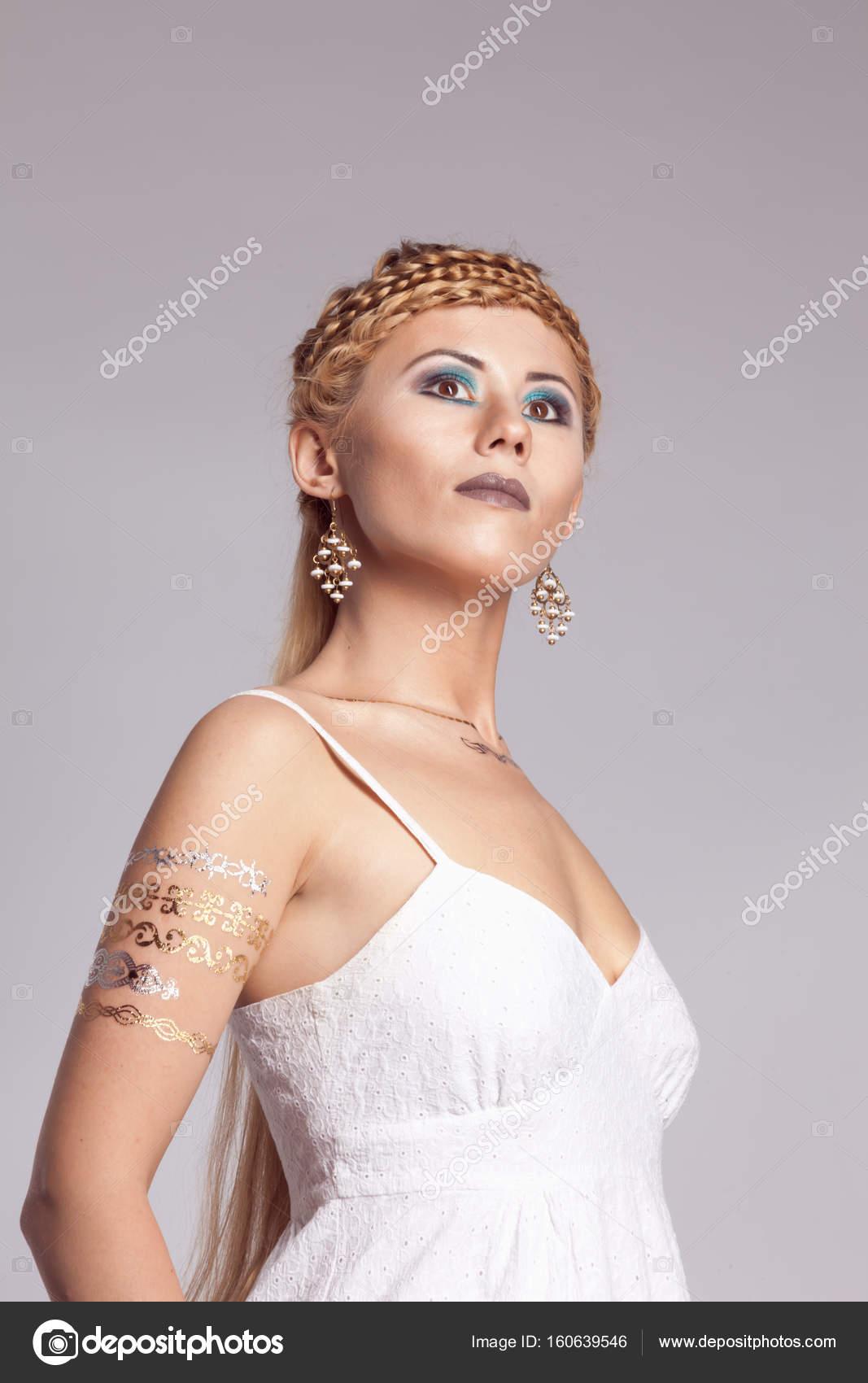 aadb213c86e2 mladá dívka v krátké bílé letní šaty — Stock Fotografie © thepushba ...