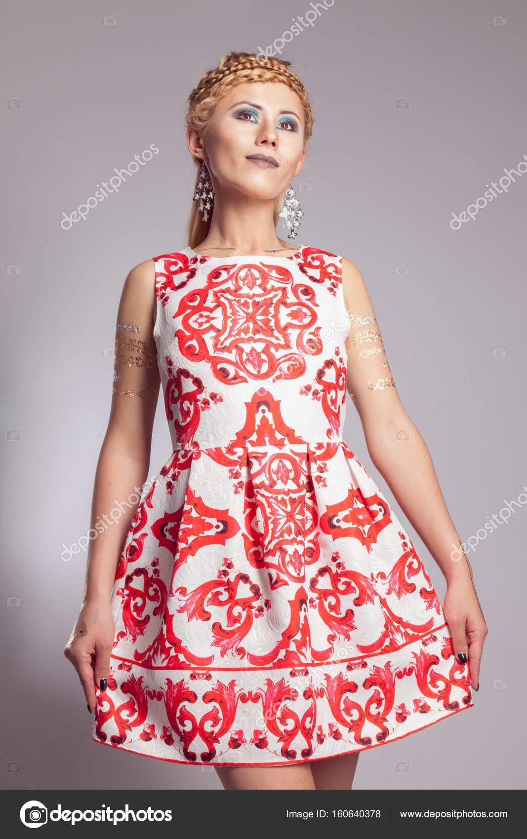 4bf54cd90 Chica joven en vestido blanco con estampado étnico de color rojo– imagen de  stock
