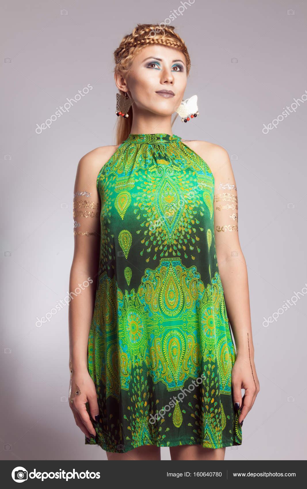 a989c4607 Chica joven en vestido blanco con estampado étnico de color verde– imagen  de stock