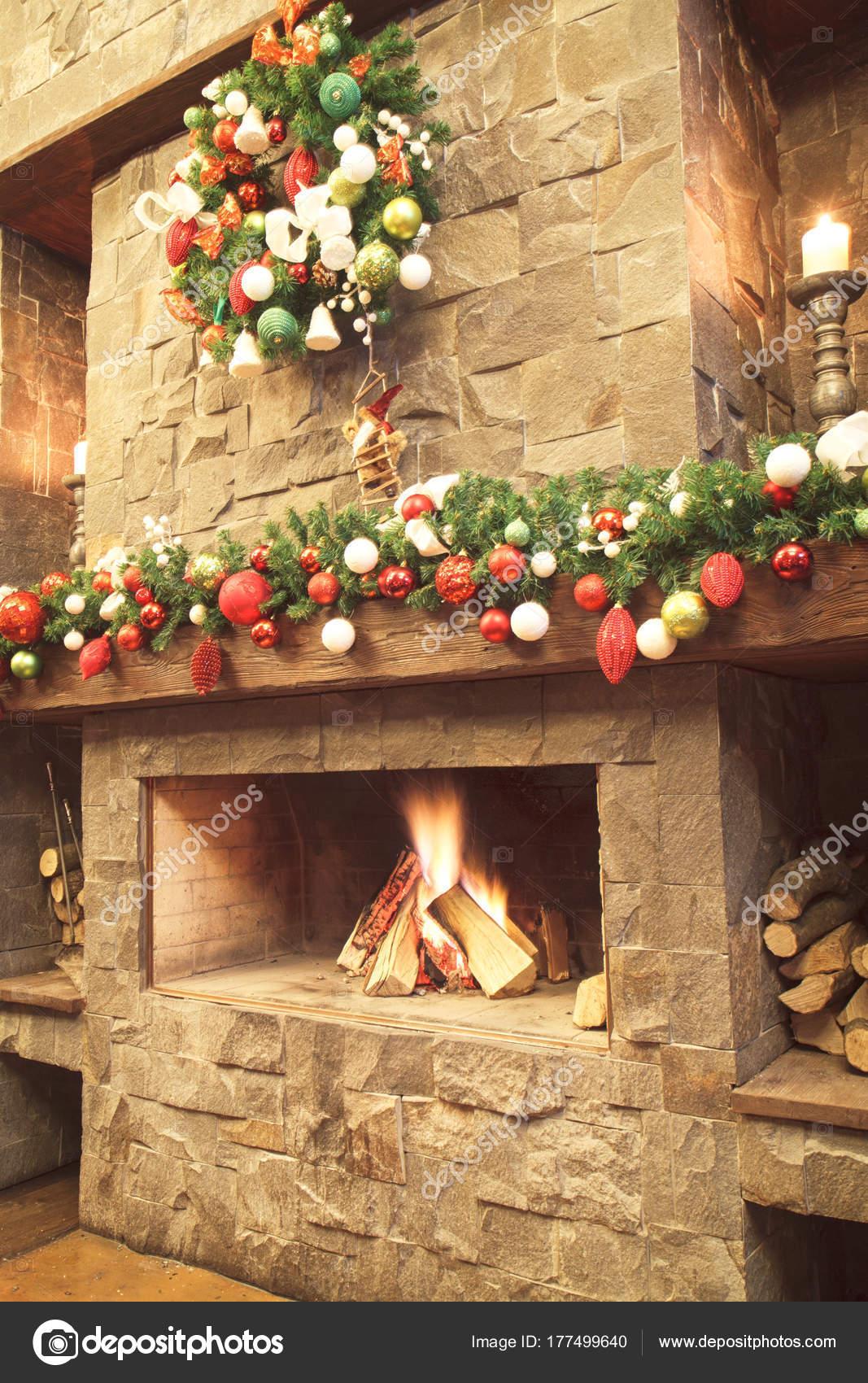 Decorazioni Natalizie Sul Camino.Capodanno Albero Natale Con Decorazioni Colorate Sul Camino