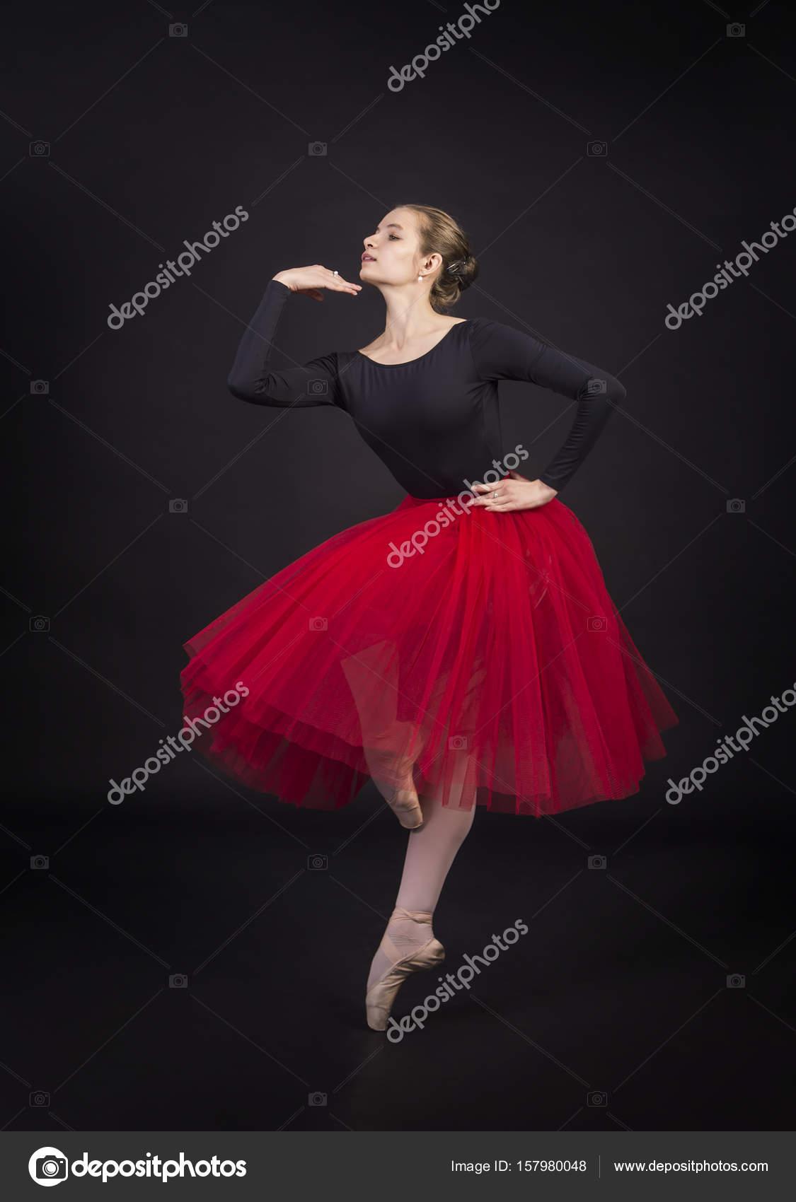 Телочка танцует в юбке