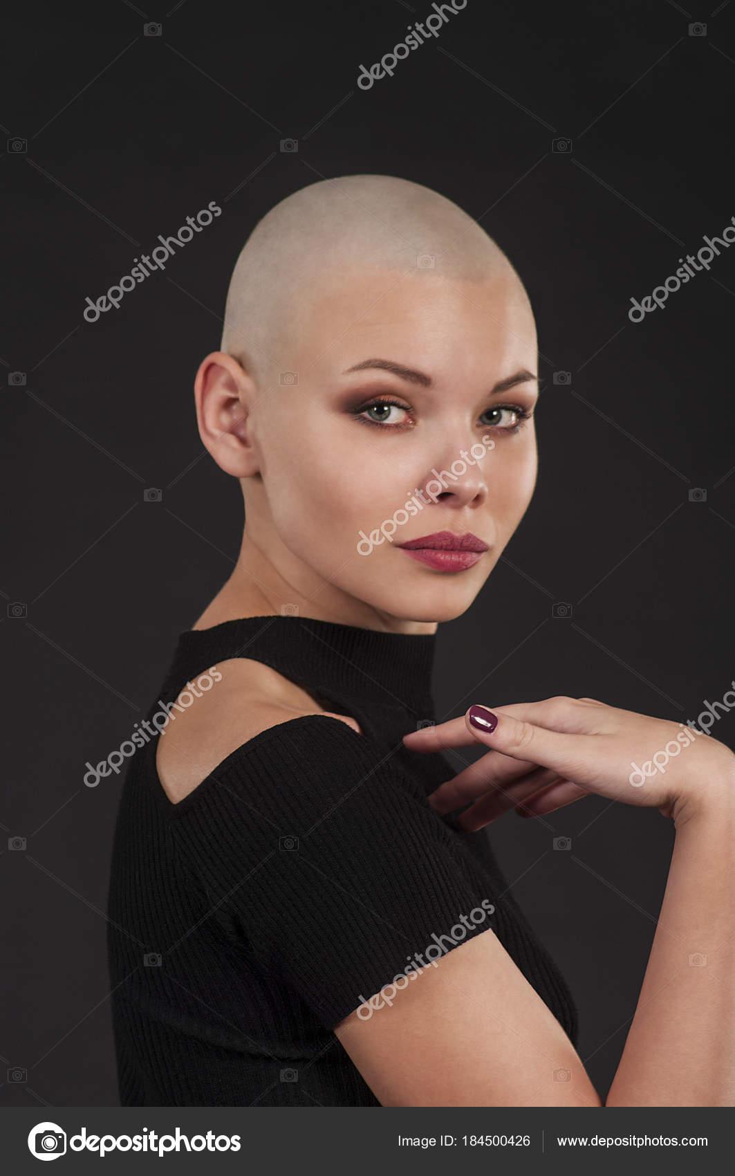 Emotional portrait of a naked girl shaved bald. — Stock
