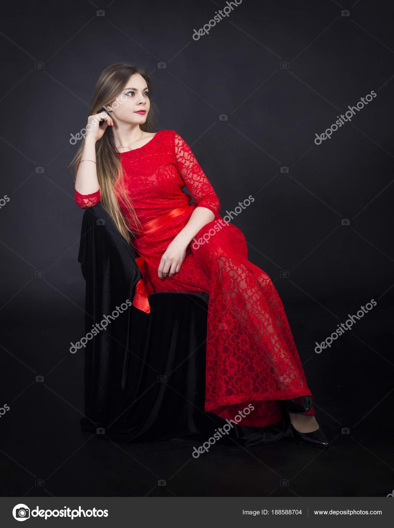 e7703665a85e9a Portret van een mooi meisje in een rode jurk — Stockfoto © lik13vvs ...