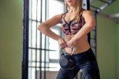 Přizpůsobit houpe činky kettlebell v tělocvičně